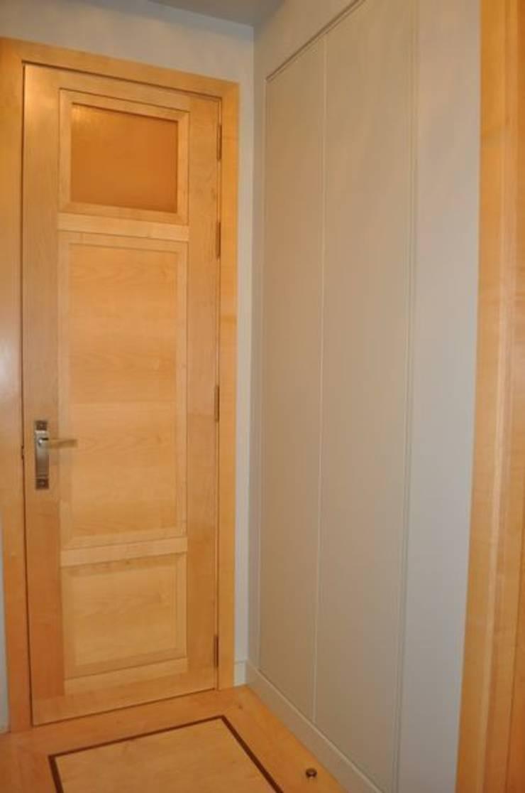 Armario integrado en pasillo: Vestíbulos, pasillos y escaleras de estilo  de MUDEYBA S.L.
