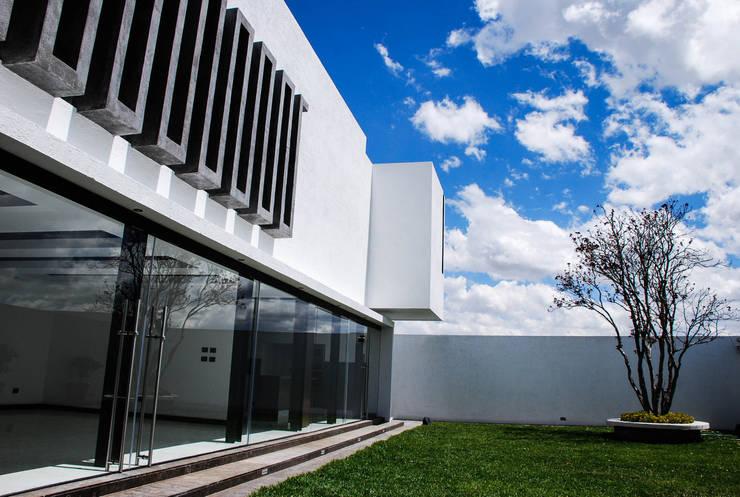 Casa J&J: Casas de estilo  por [TT ARQUITECTOS]