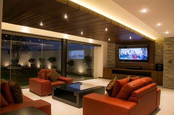 Casa J&J: Salas multimedia de estilo  por [TT ARQUITECTOS]