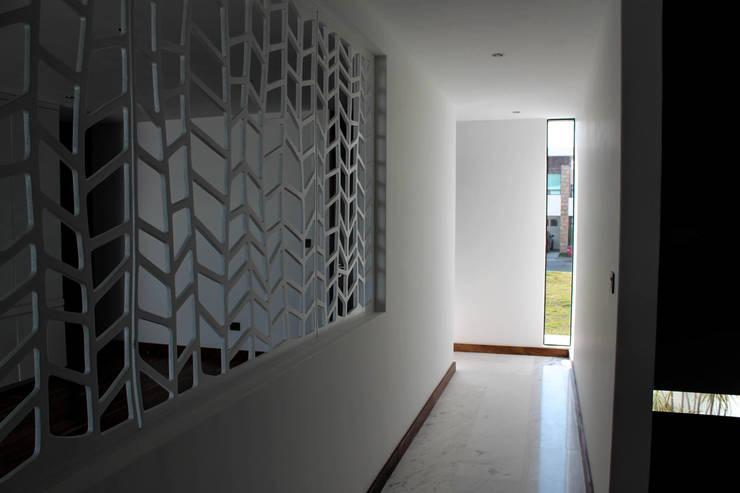 Casa J&J: Paredes y pisos de estilo  por [TT ARQUITECTOS]