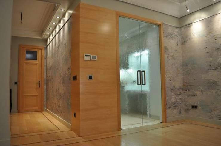 Panelado y puerta de diseño: Paredes de estilo  de MUDEYBA S.L.