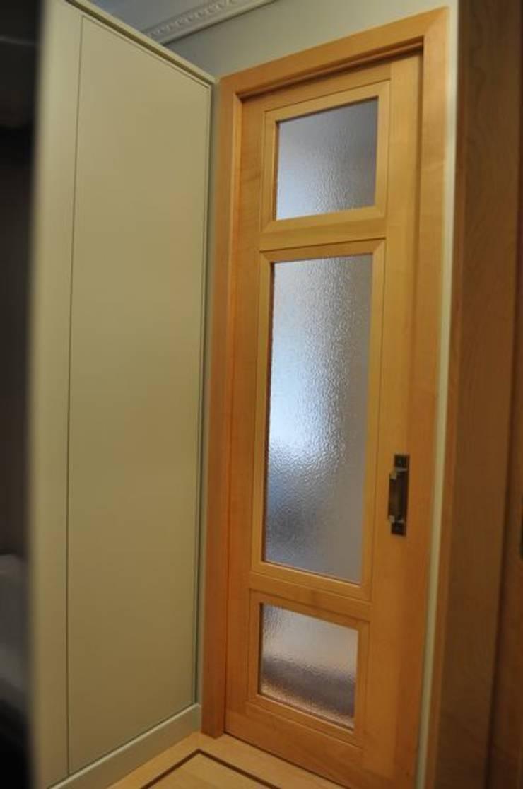 Puerta corredera con vidreo translucido: Puertas y ventanas de estilo  de MUDEYBA S.L.
