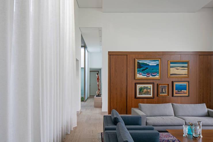 TB House: Salas de estar  por Aguirre Arquitetura