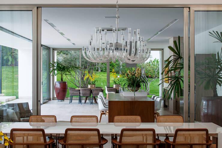 TB House: Salas de jantar  por Aguirre Arquitetura