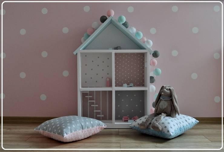 Domek dla lalek: styl , w kategorii  zaprojektowany przez Zuzu Design,Nowoczesny