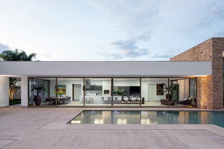 Casas de estilo minimalista por Aguirre Arquitetura