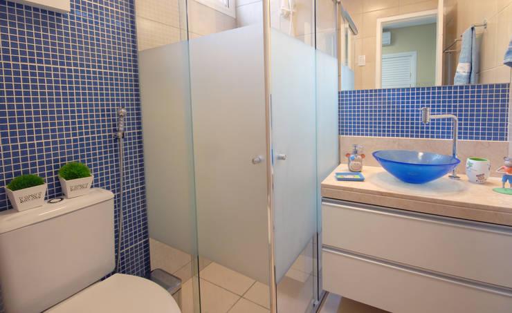 Lavabos e Banheiros: Banheiro  por Celia Beatriz Arquitetura