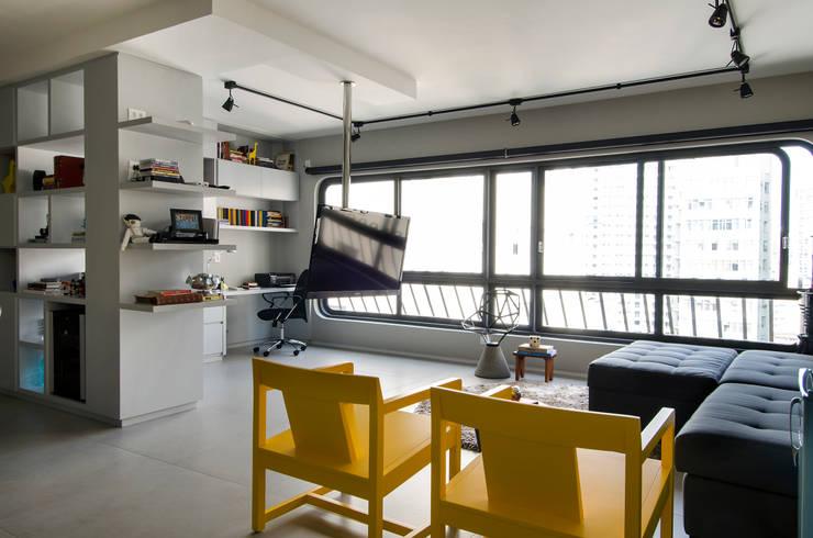 Apartamento Vila Nova Conceição: Salas de estar  por Marcella Loeb