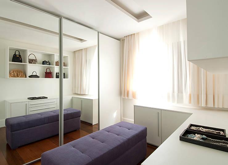 Apartamento Itaim: Closets modernos por Marcella Loeb