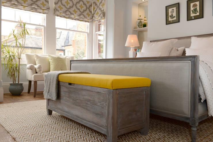 Dormitorios de estilo  por Ruth Noble Interiors