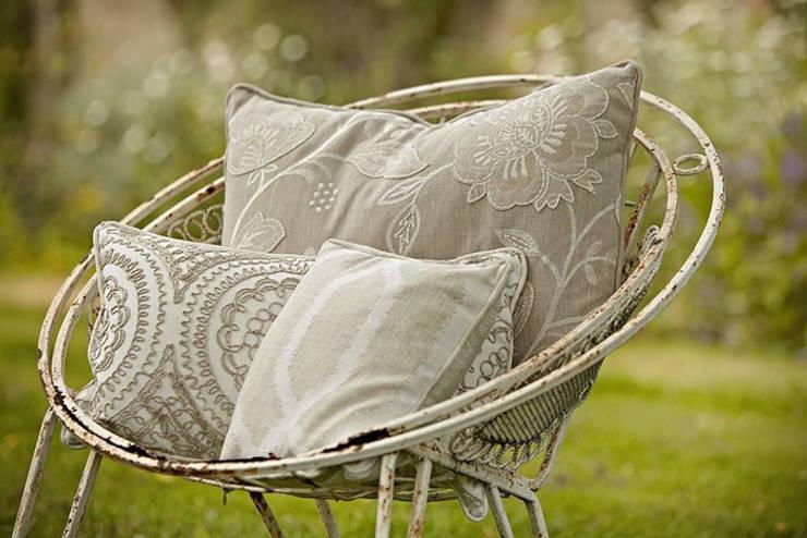 Poltrona in ferro vintage con morbidi cuscini: Giardino in stile  di Sonia Paladini