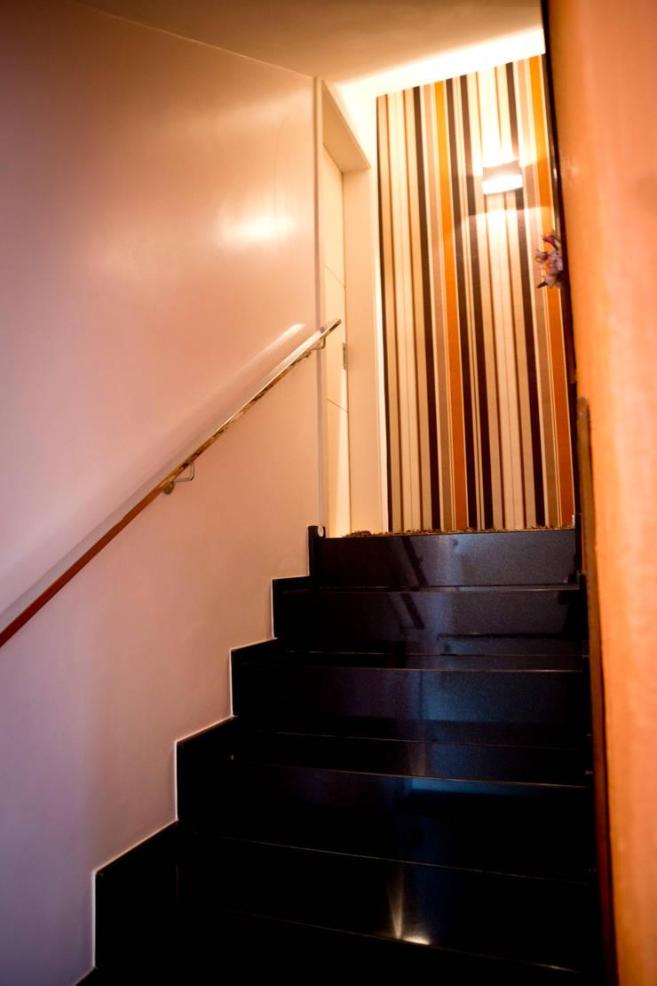 Escada: Corredores e halls de entrada  por INOVA Arquitetura