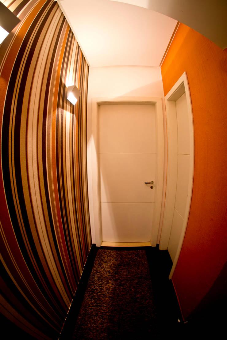Corredor estar íntimo: Corredores e halls de entrada  por INOVA Arquitetura