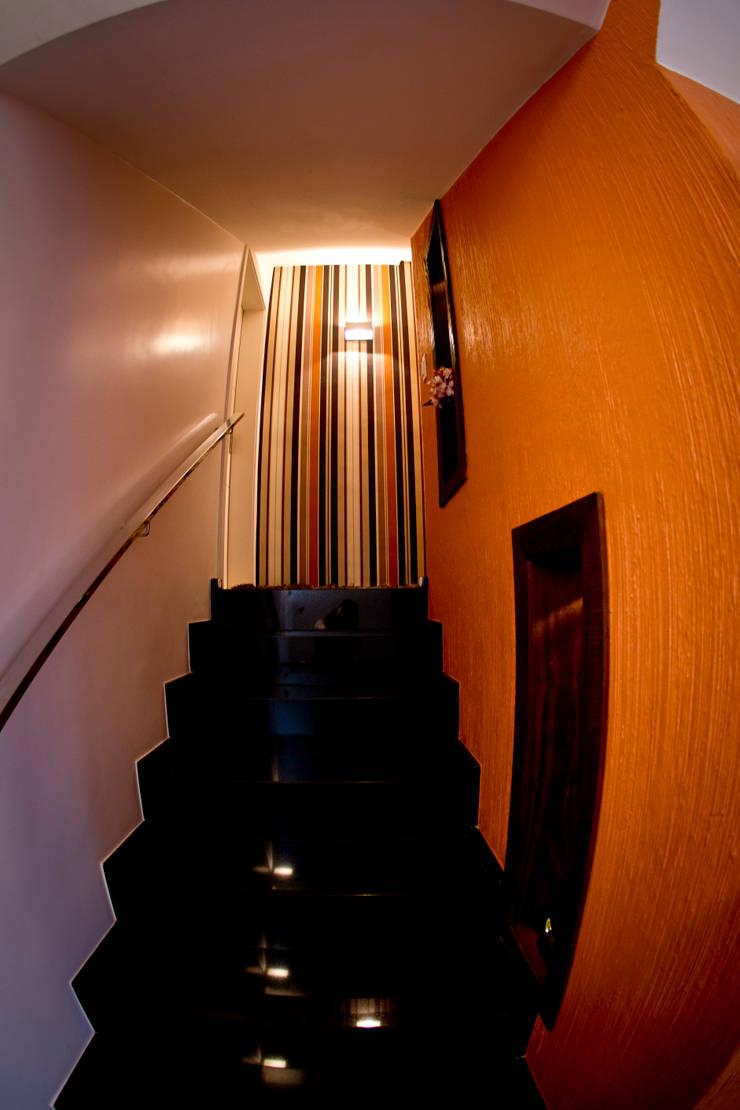 Escada acesso estar íntimo: Corredores e halls de entrada  por INOVA Arquitetura