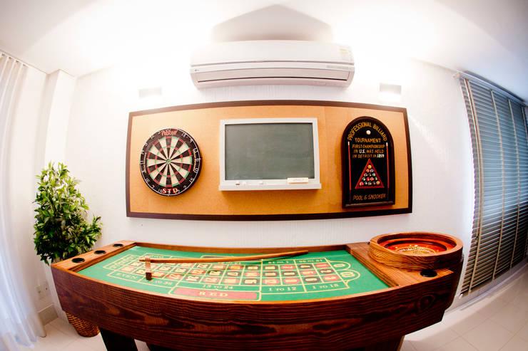 Sala de Jogos: Sala de estar  por INOVA Arquitetura