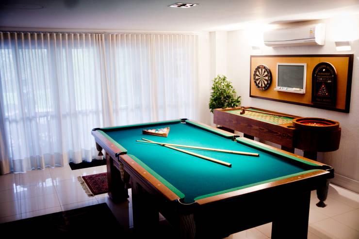 Sala de Jogos: Salas de estar  por INOVA Arquitetura