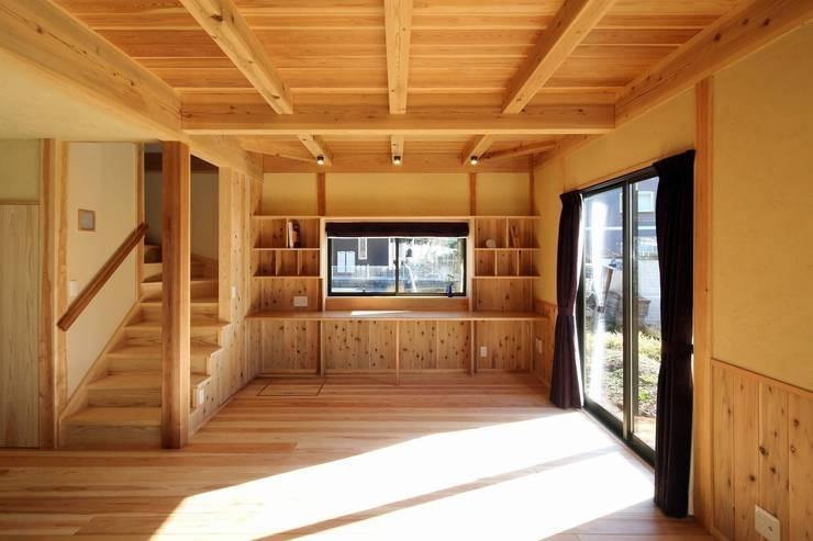 新築棟 ワークスペース: 木の家設計室 アトリエ椿が手掛けた書斎です。