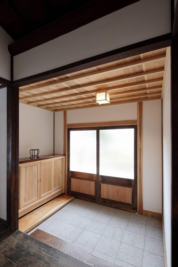 古民家棟 玄関: 木の家設計室 アトリエ椿が手掛けた廊下 & 玄関です。