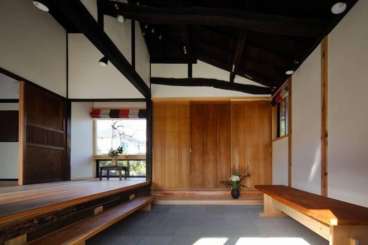 古民家棟 土間: 木の家設計室 アトリエ椿が手掛けた和室です。
