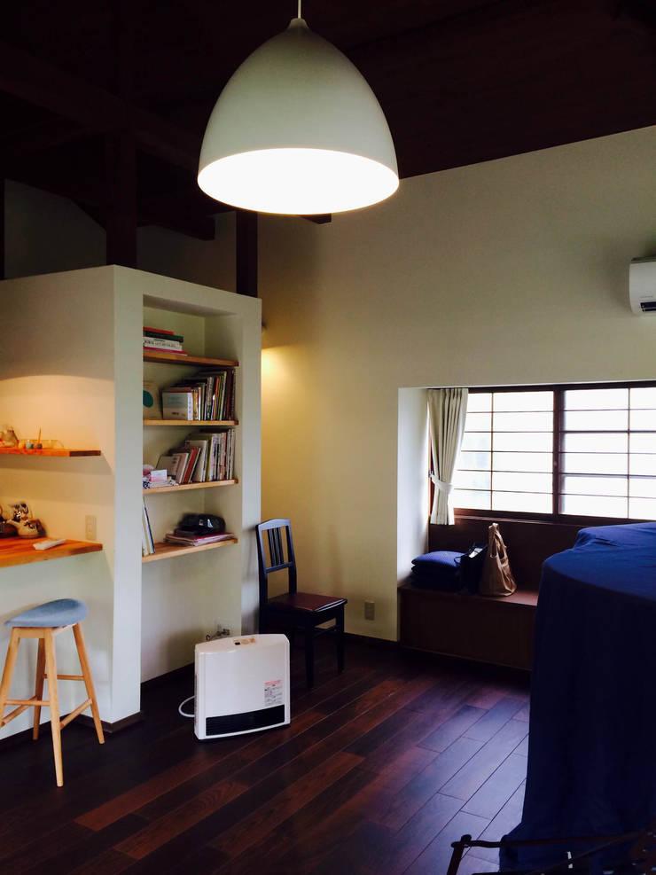 嵐山ゲストハウス: 株式会社ローバー都市建築事務所が手掛けたリビングです。,