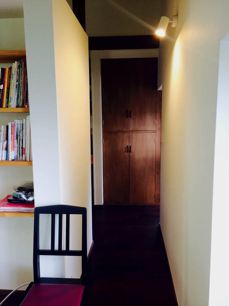 嵐山ゲストハウス: 株式会社ローバー都市建築事務所が手掛けた廊下 & 玄関です。,