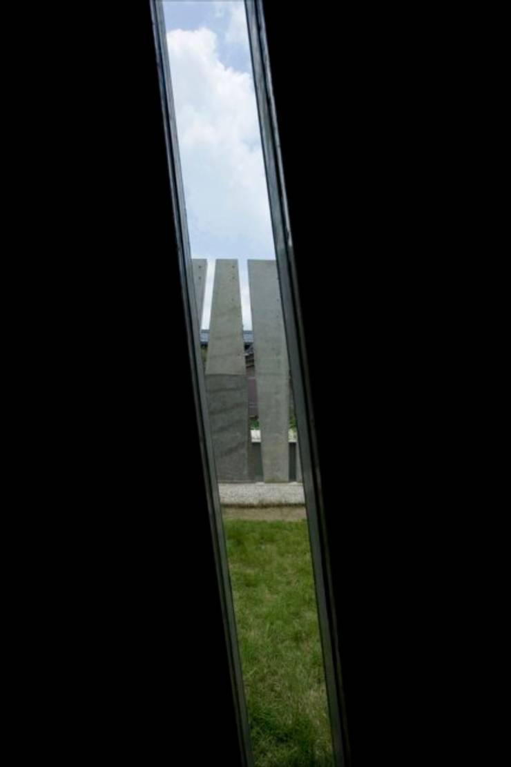 Slit House: EASTERN design office イースタン建築設計事務所が手掛けた窓です。