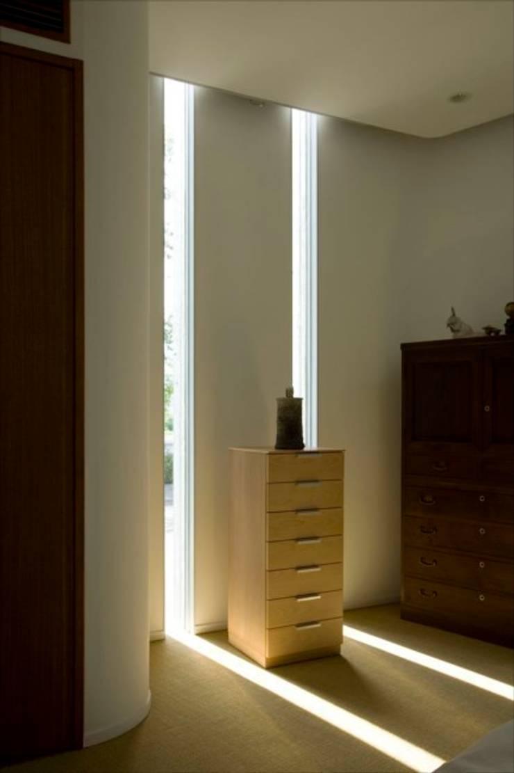 Slit House: EASTERN design office イースタン建築設計事務所が手掛けた寝室です。