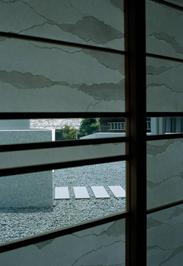 Horizontal House: EASTERN design office イースタン建築設計事務所が手掛けた窓です。,和風
