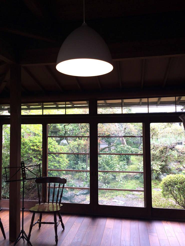 嵐山ゲストハウス: 株式会社ローバー都市建築事務所が手掛けた和室です。,