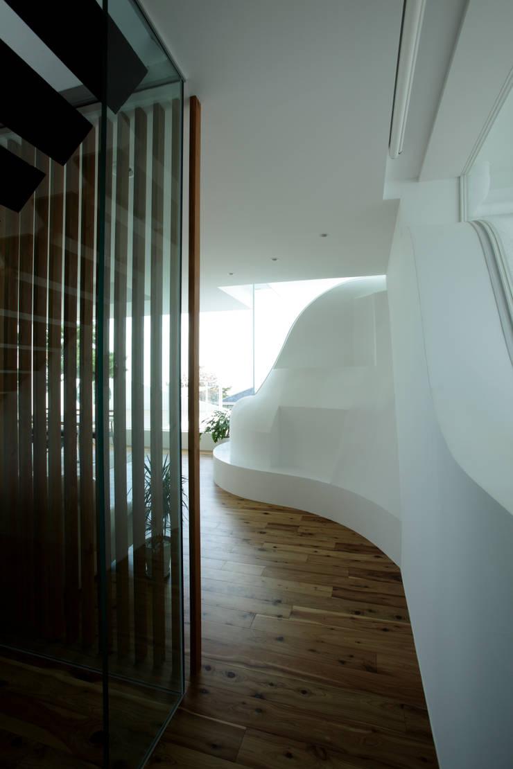 山と開口: EASTERN design office イースタン建築設計事務所が手掛けた廊下 & 玄関です。