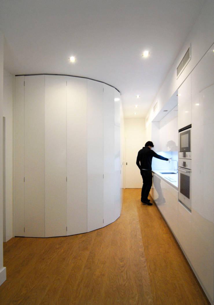 Reforma de Apartamento en Sevilla: Cocina de estilo  de CM4 Arquitectos