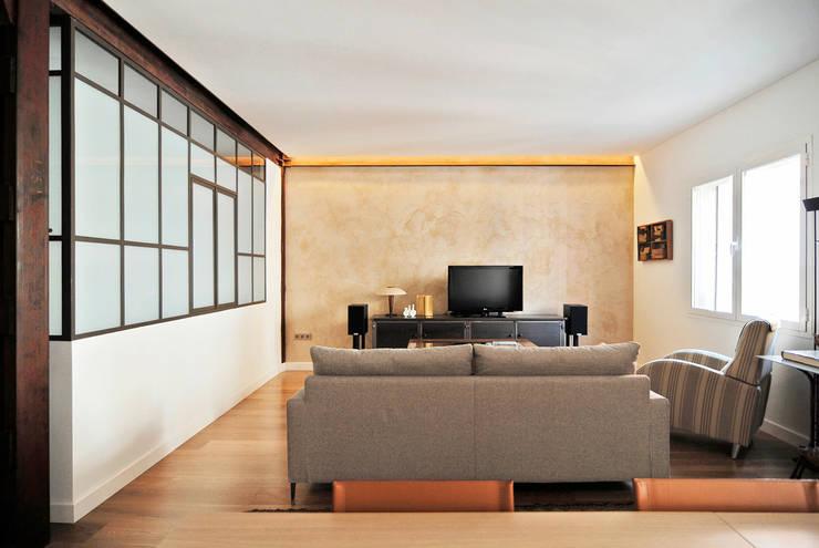 Salón y cocina: Paredes y suelos de estilo industrial de CM4 Arquitectos