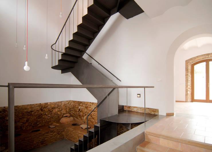Rehabilitación de una Casa en Jabugo: Pasillos y vestíbulos de estilo  de CM4 Arquitectos