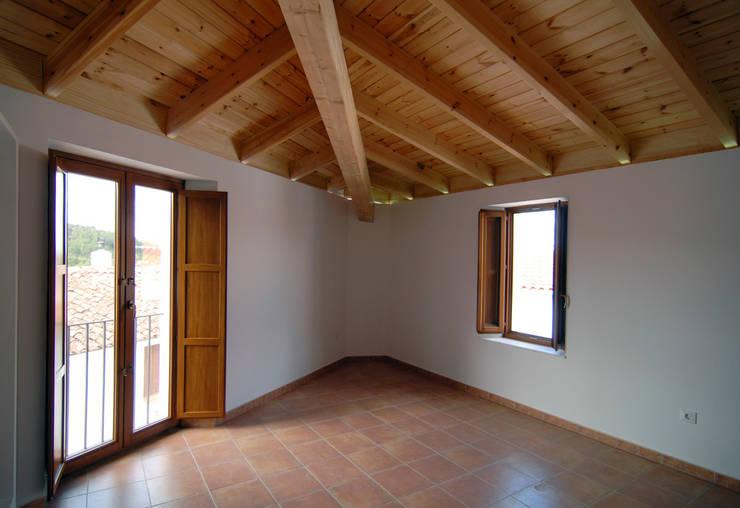 Rehabilitación de una Casa en Jabugo: Dormitorios de estilo  de CM4 Arquitectos