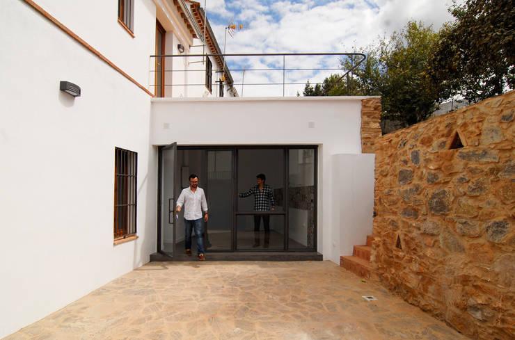 Rehabilitación de una Casa en Jabugo: Casas de estilo  de CM4 Arquitectos