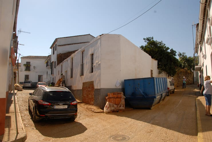 Rehabilitación de una Casa en Jabugo:  de estilo  de CM4 Arquitectos
