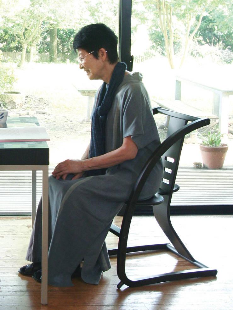 Bambini (STC-04): 佐々木デザインインターナショナル株式会社が手掛けたリビングルームです。