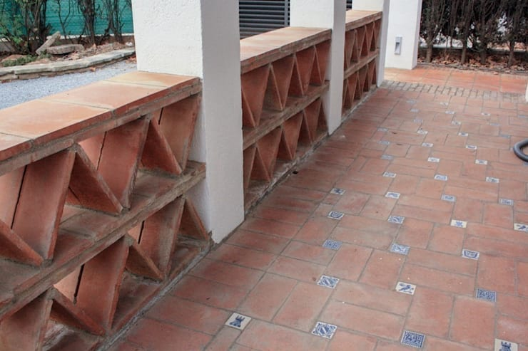 Pavimento Porche Entrada: Jardines de estilo  de SMMARQUITECTURA