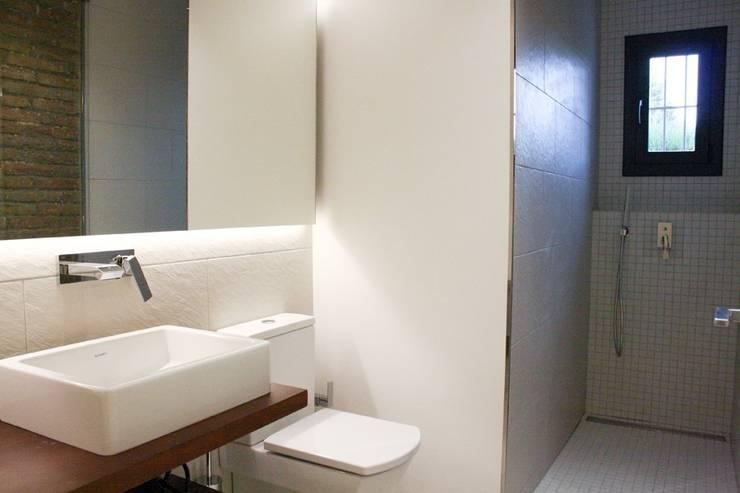 Baño de cortesía: Baños de estilo  de SMMARQUITECTURA