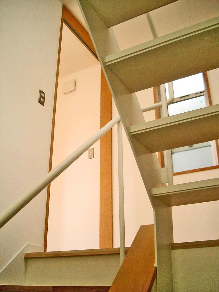 開放的な階段: プラネット環境計画が手掛けた廊下 & 玄関です。