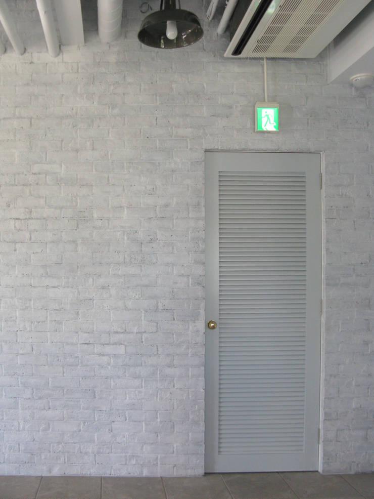 ARTRIP BLD.: 有限会社スタジオA建築設計事務所が手掛けた書斎です。,ラスティック