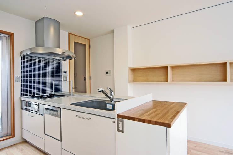 オープンキッチン: プラネット環境計画が手掛けたキッチンです。