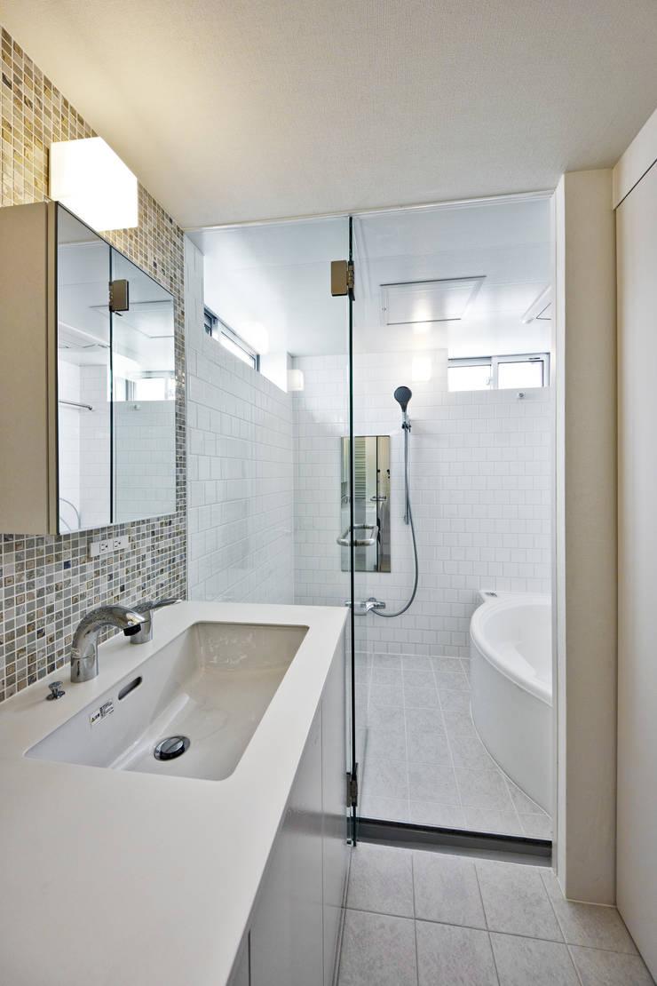 ムサシコスギ K邸: 有限会社スタジオA建築設計事務所が手掛けた浴室です。