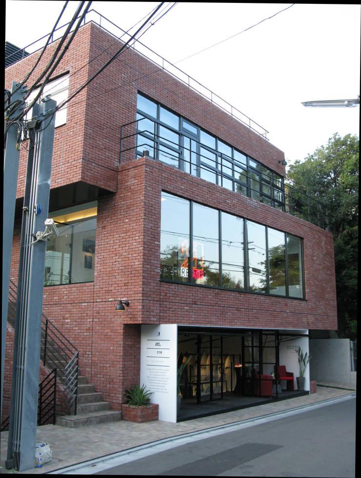 ARTRIP BLD.: 有限会社スタジオA建築設計事務所が手掛けた書斎です。,モダン