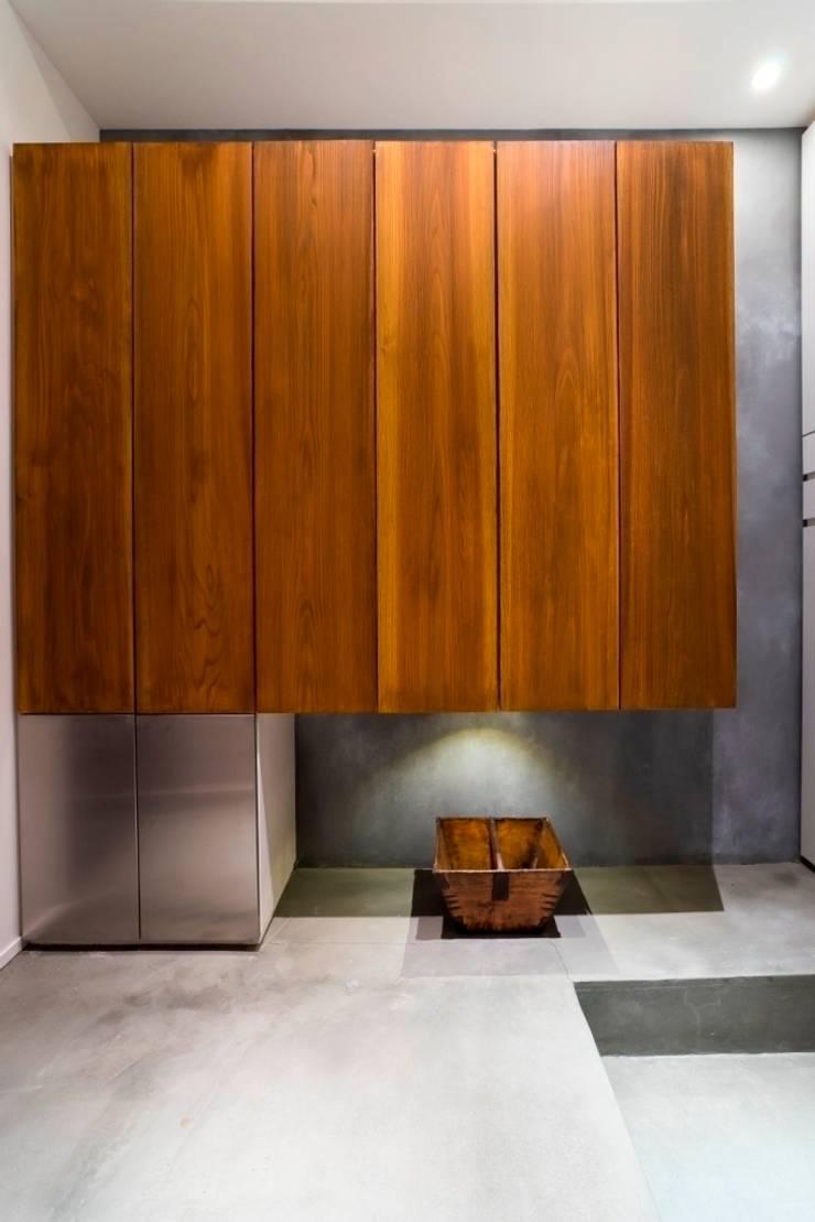 玄関: QUALIAが手掛けた廊下 & 玄関です。,