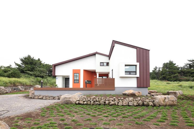 작지만 당당한 외관 한라산을 닮고자 노력한 지붕선: 주택설계전문 디자인그룹 홈스타일토토의  주택