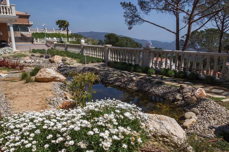 Detalle estanque : Jardines de estilo  de LANDSHAFT