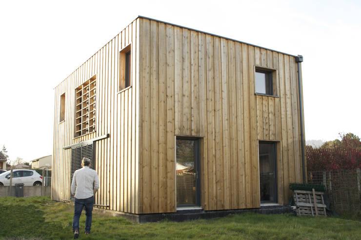 maison bioclimatique: Maisons de style  par ATELIER ARTEFAKT