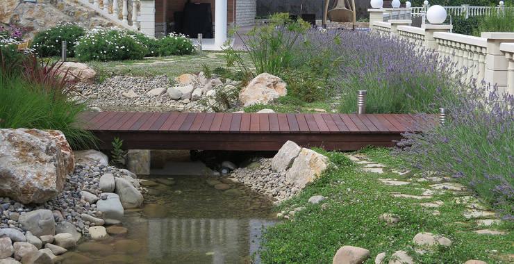 Puente de madera: Jardines de estilo  de LANDSHAFT