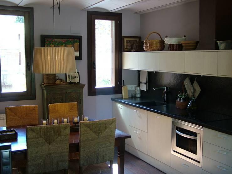 VIVIENDA UNIFAMILIAR EN ESTERRI D'ÀNEU (LLEIDA): Cocinas de estilo  de RIART I ASSOCIATS